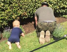 wertevollwachsen: Vater und Kind im Garten